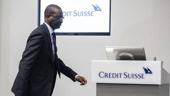 Sein letzter Auftritt bei der Credit Suisse: Tidjane Thiam, der vor einigen Tagen vom Chefposten zurückgetreten ist, schreitet an der Bilanzmedienkonferenz in Zürich zum Rednerpult, um die Jahreszahlen der Grossbank zu präsentieren. Diese sind nicht zuletzt auch wegen Sonderfaktoren gut ausgefallen.