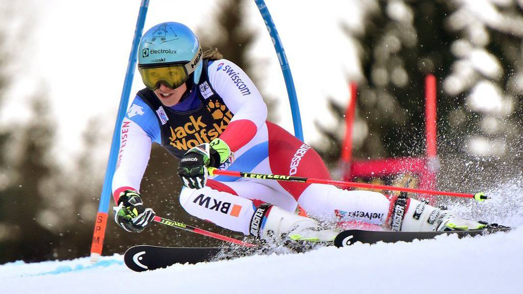 epa06419994 Wendy Holdener of Switzerland in action during the first run of the Women's Giant Slalom race at the FIS Alpine Skiing World Cup in Kranjska Gora, Slovenia , 06 January 2018.