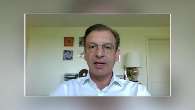 """Novartis-Chef Schweiz Matthias Leuenberger auf dem """"Sofa Jaune"""""""