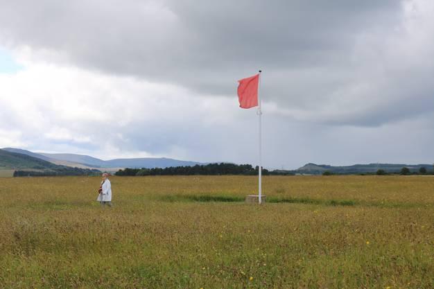 Rote Fahnen erinnern beim Schlachtfeld Culloden an die früheren Frontlinien. Bild: David Coulin