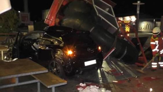 Schweizer Auto rast in McDonalds-Imbiss: Zwei Verletzte