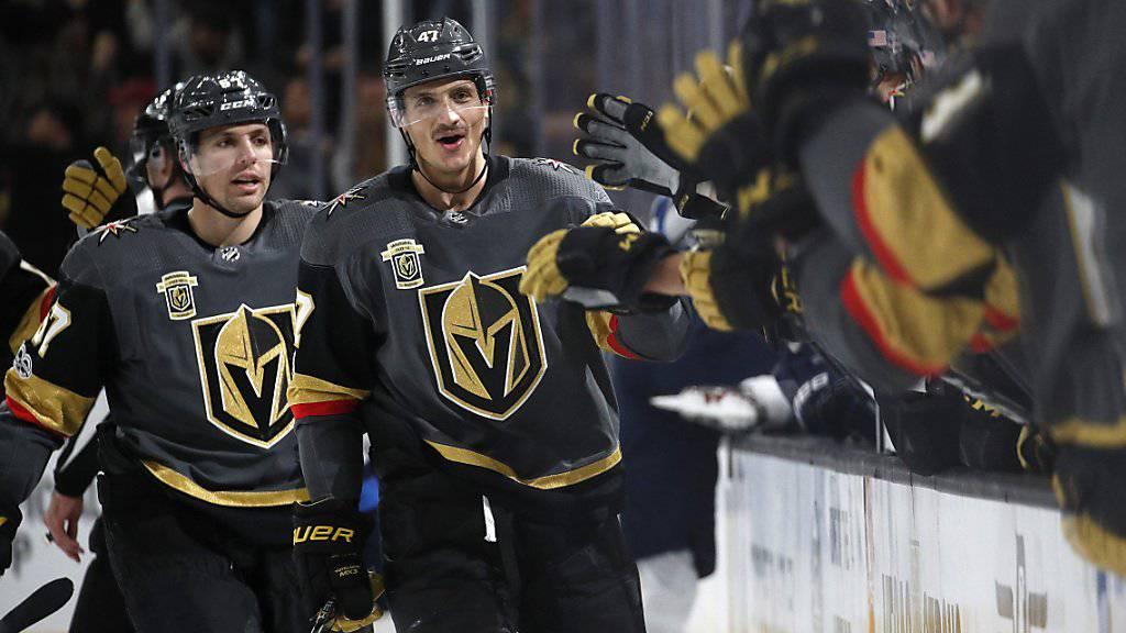 Luca Sbisa (rechts) jubelt nach seinem Tor gegen Winnipeg