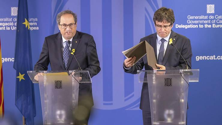 Durchhaltewillen bekräftigt: Carles Puigdemont (rechts) und der katalanische Regionalpräsident vor den Medien in Brüssel.