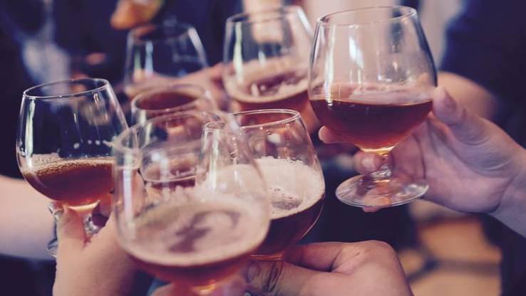 Immer weniger Schweizer trinken Alkohol: Sie greifen stattdessen lieber zu Alkoholfreiem.