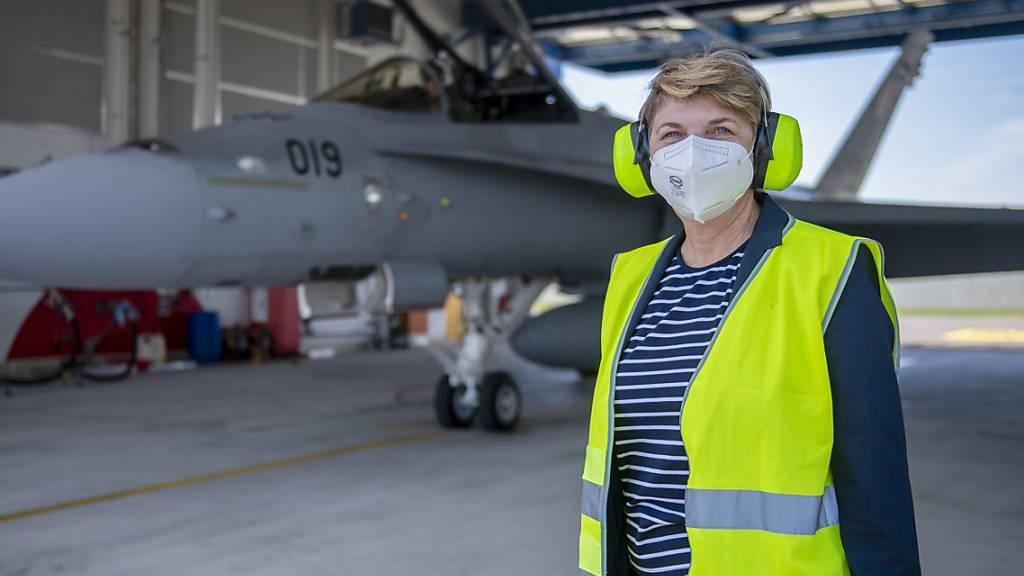 Zum ersten Mal neben einem F/A-18-Kampfjet: Verteidigungsminister Viola Amherd liess sich bei einem Besuch auf dem Flughafen Payerne die Luftraumüberwachung während des Gipfeltreffens in Genf erklären.