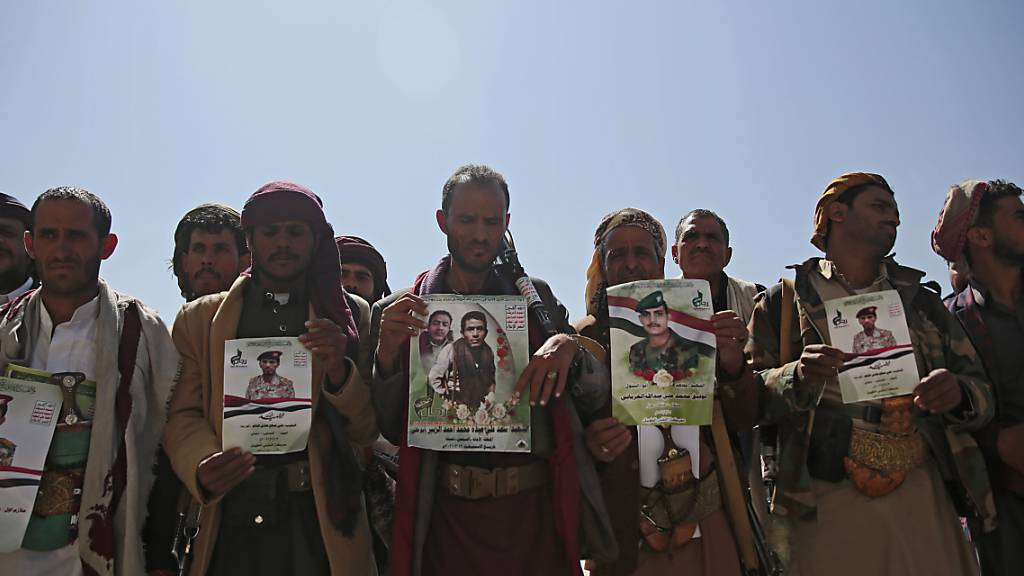 Huthi-Rebellen halten Plakate ihrer Verwandten während einer Trauerprozession für Huthis, die bei den jüngsten Kämpfen mit Kräften der von Saudi-Arabien unterstützten international anerkannten Regierung des Jemen getötet wurden. Foto: Hani Mohammed/AP/dpa