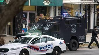 Spezialeinheiten der Polizei umstellen eine bekannte Pizzeria in Washington, in der ein Mann aufgrund einer Falschnachricht das Feuer eröffnete.  (Archiv 4.12.)