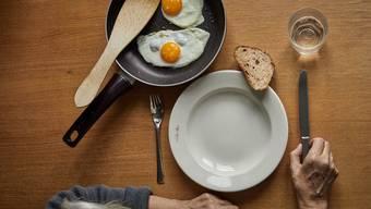 Ältere Frauen leben häufiger alleine als Männer.