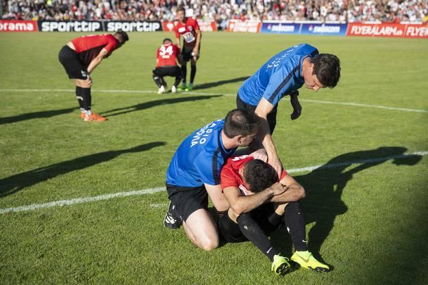 Die Aarauer Spieler sind nach dem Spiel am Boden zerstört.
