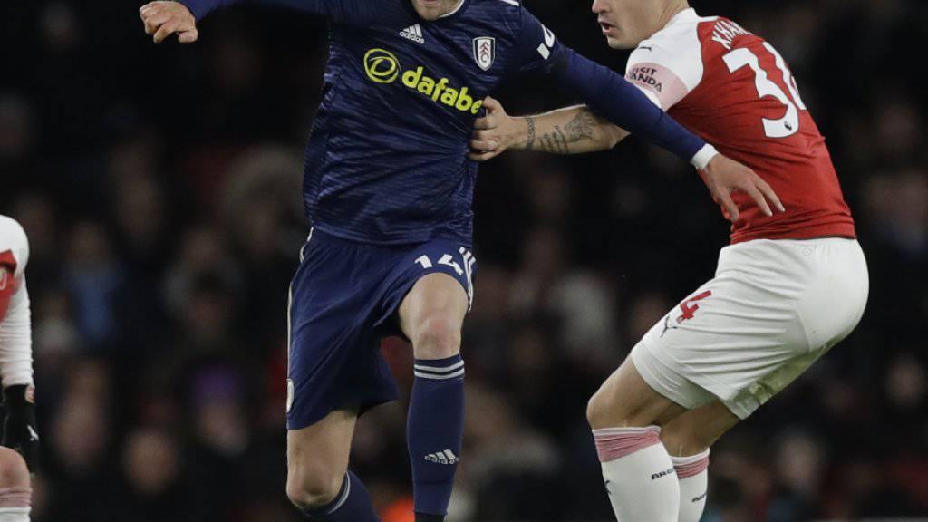 André Schürrle spielte letzte Saison für Fulham (hier im Londoner Derby gegen Arsenals Granit Xhaka)