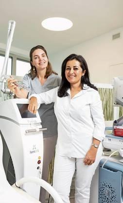 Simone Längle und Hilda Shamon (von links) behandeln in der Praxis für medizinische Ästhetik und Laser Patientinnen mit einem Vaginallaser.