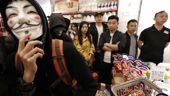 Protestierende in einem Einkaufszentrum in der Nähe der Grenze Hongkongs zum chinesischen Festland.