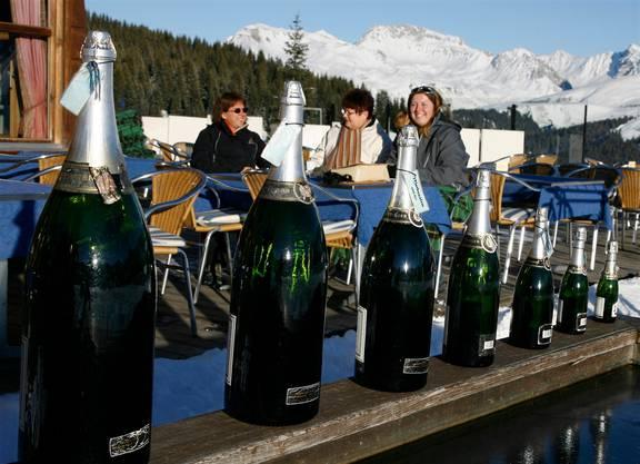 Vor einer Skihütte in Arosa stehen Champagnerflaschen für müde Skifahrer bereit.