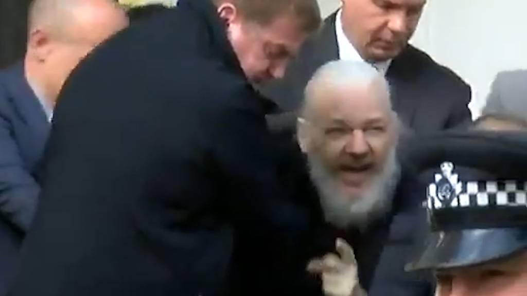Hier wird Julian Assange aus der Botschaft gezerrt