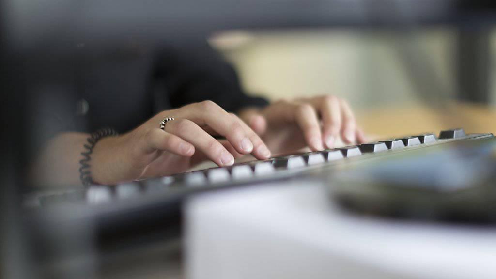 Beim Bundesamt für Informatik und Telekommunikation (BIT) werden fast 60 Stellen abgebaut. Grund für den Abbau sind die vom Parlament beschlossenen Budgetkürzungen im Personalbereich. (Symbolbild)