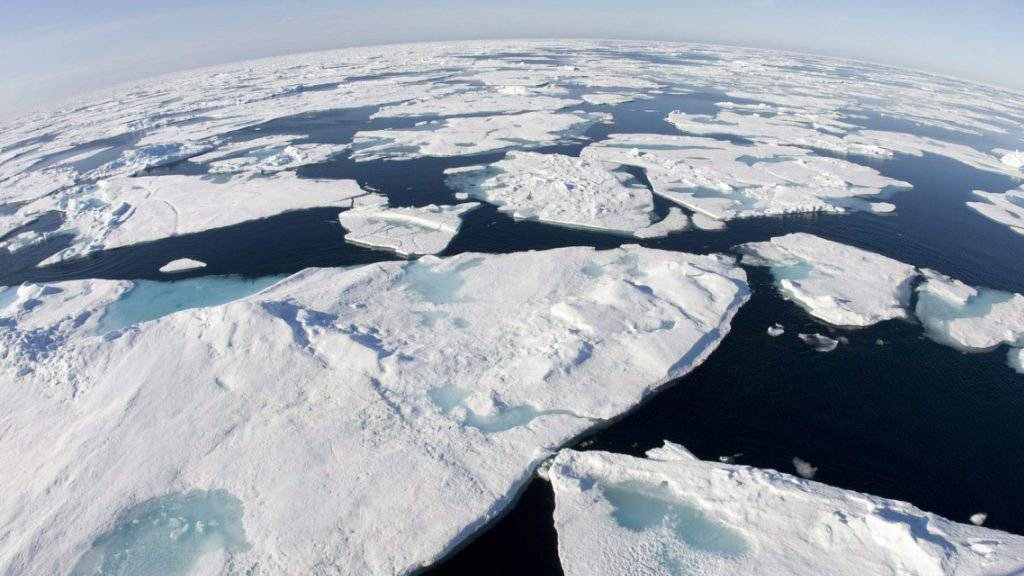 Eisberge in der Baffin Bay: Die Durchschnittstemperatur in der Arktis war im vergangenen Jahr so hoch wie noch nie seit Beginn der Messungen. (Archivbild)