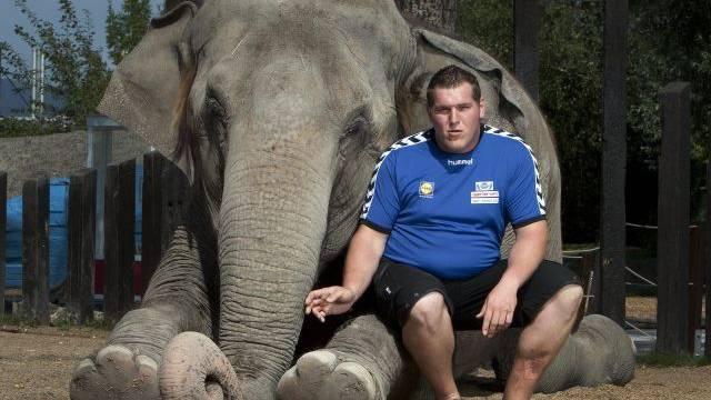 Zwei Dickhäuter unter sich: Christian Stucki posiert mit einem Elefanten im Kinderzoo in Rapperswil. Foto: RDB/Blicksport