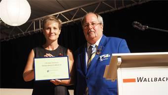 Präsidentin Monika Güntert erhält von Kurt Obrist die Ehrenurkunde.