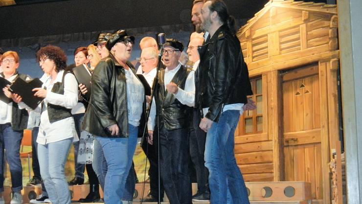 Sängerinnen und Sänger traten in einer zur Rockmusik passenden Kleidung auf.