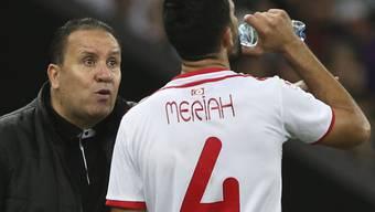 Dank freundlicher Unterstützung des eigenen Goalies zur Trinkpause nach Sonnenuntergang: Tunesiens Yassine Meriah