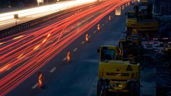 Die Arbeiten werden infolge des hohen Verkehrsaufkommens jeweils nachts zwischen 21 und 5 Uhr ausgeführt.
