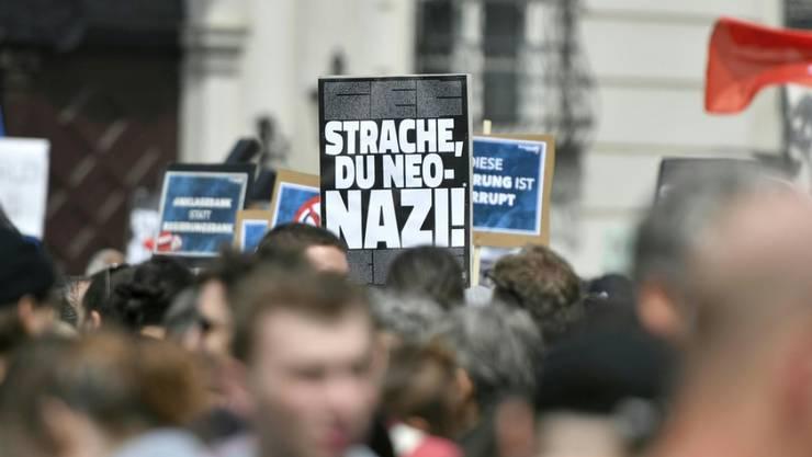 """Nach dem Veröffentlichen des """"Ibiza - Videos"""" ist es am Ballhausplatz vor dem Bundeskanzleramt in Wien zu Demonstrationen gekommen."""