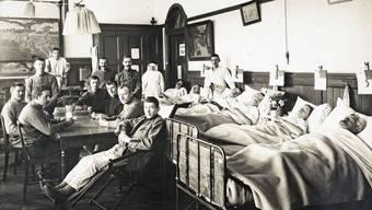 Postkartenansicht eines Lazaretts für Patienten der Spanischen Grippe von 1918. Militärdefilee vor General Ulrich Wille in Zürich im November 1918.