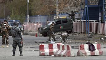 Sicherheitskräfte nahe am Ort der Detonation am Montagmorgen in Kabul. Mindestens sechs Menschen fielen dem Selbstmordanschlag zum Opfer.