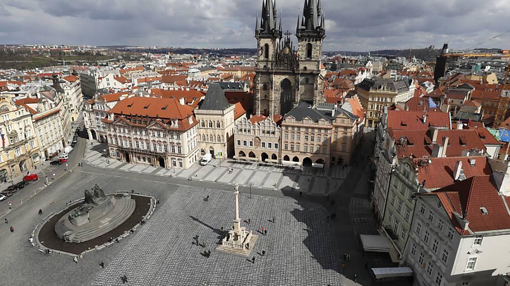 Trauer und Mahnung zugleich: Tausende von Kreuzen wurden auf dem Altstädter Ring in Prag gemalt, um dem einjährigen Todestag des ersten tschechischen Patienten zu gedenken. Europaweit gab es seit Beginn der Pandemie bereits mehr als eine Million Corona-Todesfälle. Foto: Petr David Josek/AP/dpa