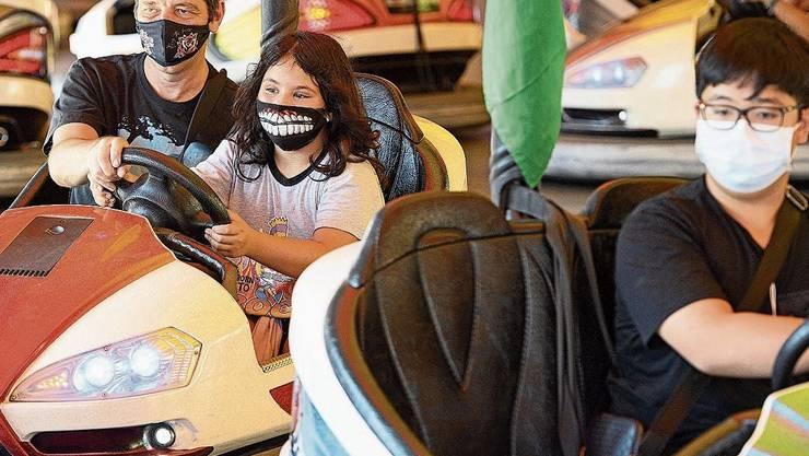 Masken auf einer Lausanner Jahrmarktsattraktion, nun werden die Massnahmen noch verschärft.