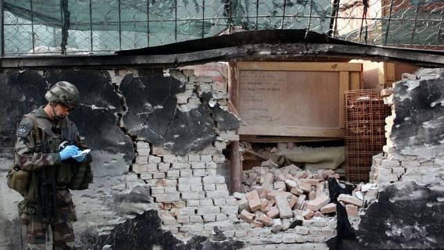 Ein NATO-Soldat inspiziert den Tatort (Archiv)