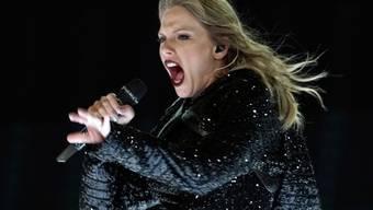 Ein Jahr, nachdem sie von einem Radiomitarbeiter begrapscht worden war, bedankte sich US-Sängerin Taylor Swift bei ihren Fans für die moralische Unterstützung. (Archivbild)