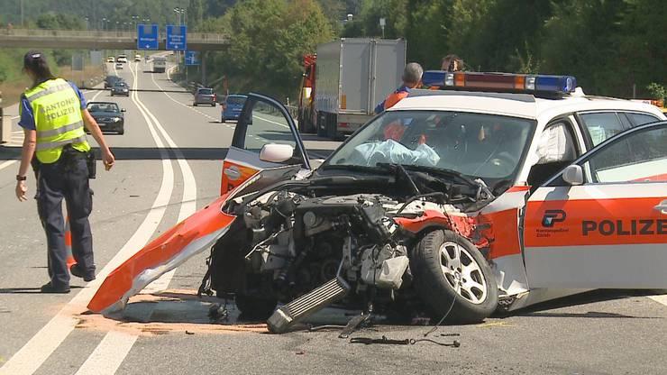 Das Polizeiauto  erlitt Totalschaden