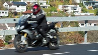 Ein Motorradfahrer war ausserorts mit 144 Stundenkilometer geblitzt worden. (Symbolbild)