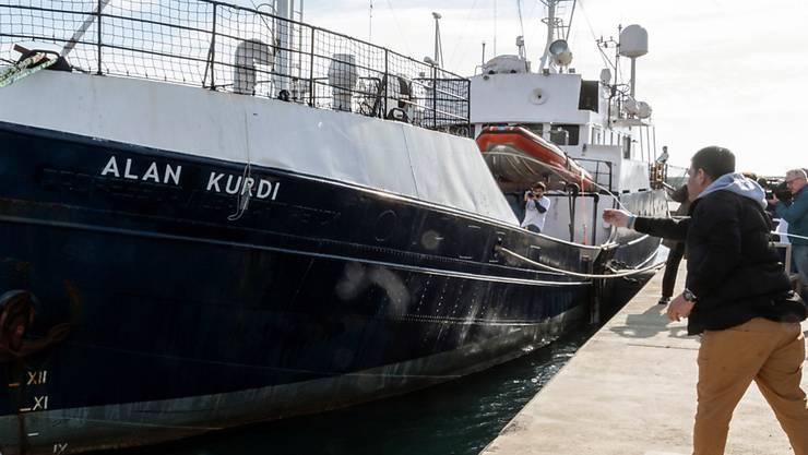 """Wieder in See gestochen: Das Rettungsschiff """"Alan Kurdi"""" der deutschen Hilfsorganisation Sea-Eye, hier bei der Namensänderung. Der neue Name erinnert an einen ertrunkenen dreijährigen Flüchtling"""