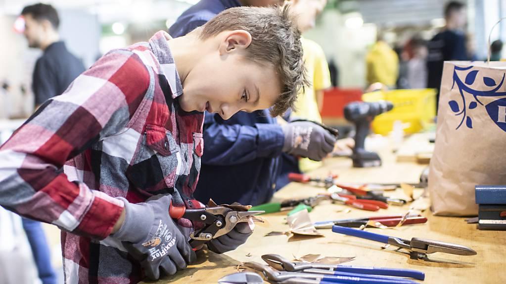An einer «Tischmesse» als Ersatz für die Bildungsausstellung OBA in der St.Galler Olma können sich Jugendliche an zwei Tagen Ende Oktober über Berufe informieren (Symbolbild).