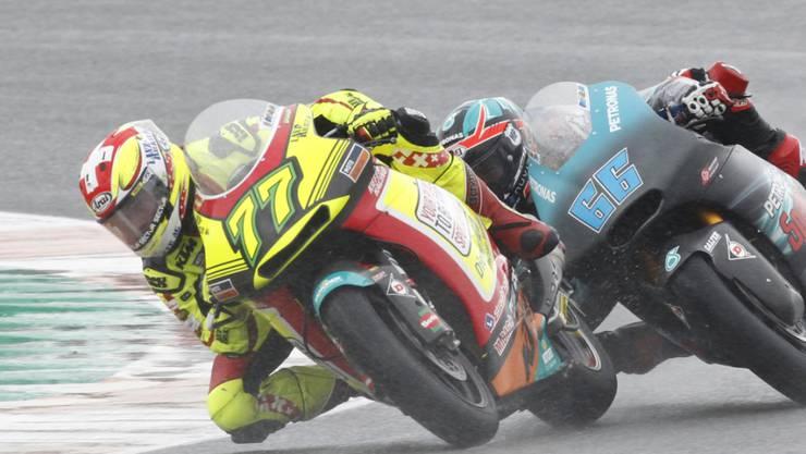 Dominique Aegerter fährt im Grand Prix von Valencia vor dem später gestürzten Finnen Niki Tuuli