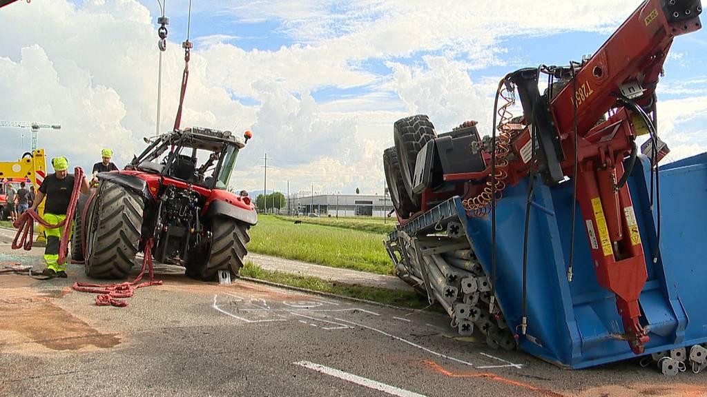 Arnegg (SG): Traktor mit Anhänger überschlagen