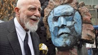 Bildhauer Markus Lüpertz posiert neben seiner Beethoven-Bronzestatue in Leipzig.