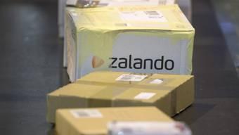 Ein Paket von Zalando auf einem Förderband (Archiv)