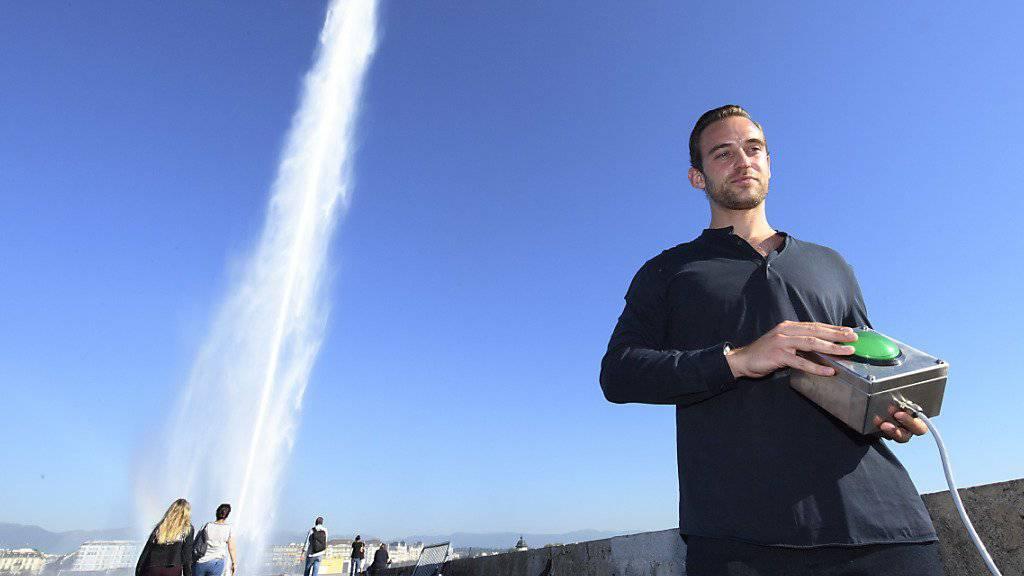 Ehre wem Ehre gebührt: Der Schriftsteller Joël Dicker startet den 125-jährigen Jet d'eau in Genf.