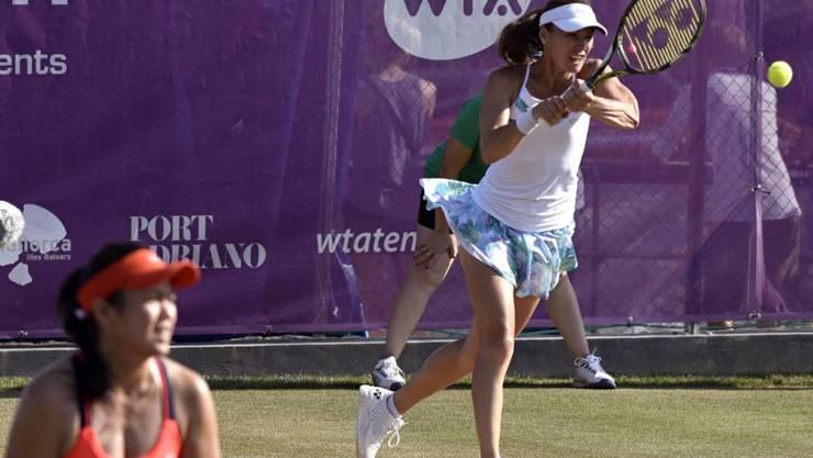 Martina Hingis (hinten) feierte auf Mallorca zusammen mit ihrer taiwanesischen Partnerin Yung-jan Chan den vierten gemeinsamen Titel