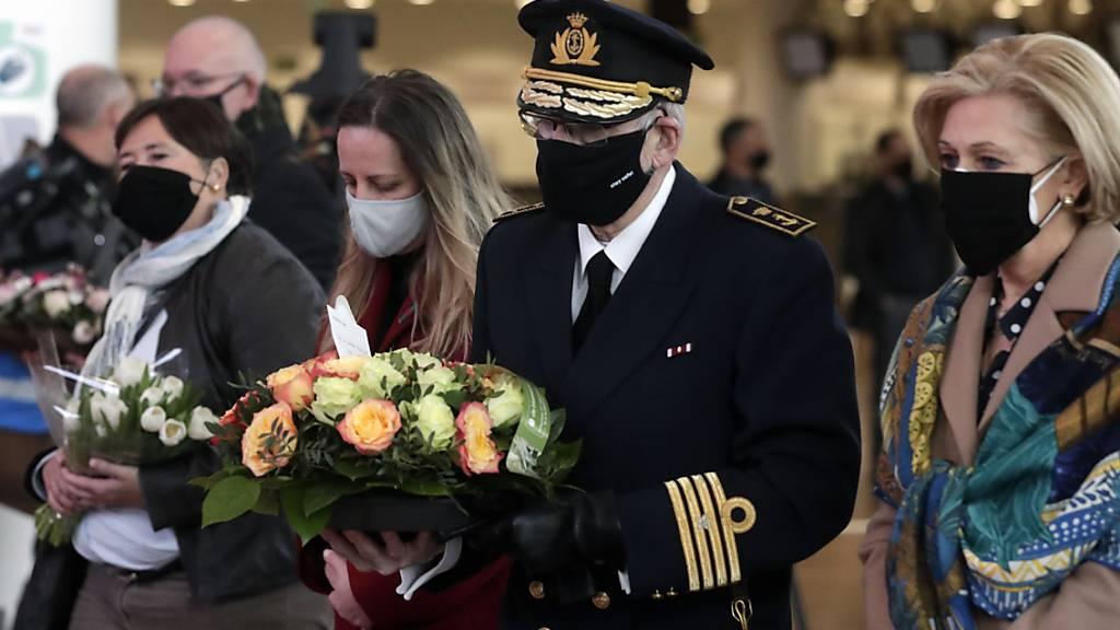 Opfer und Angehörige bringen Blumen bei einer Zeremonie am Brüsseler Flughafen in Zaventem zum Gedenken an die Terroranschläge 2016. Foto: Pool Stephanie Lecocq/BELGA/dpa