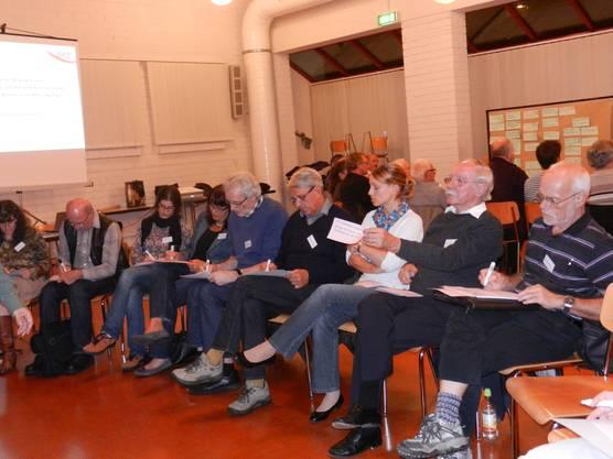 Die Workshop-Teilnehmer füllen die Zettel aus