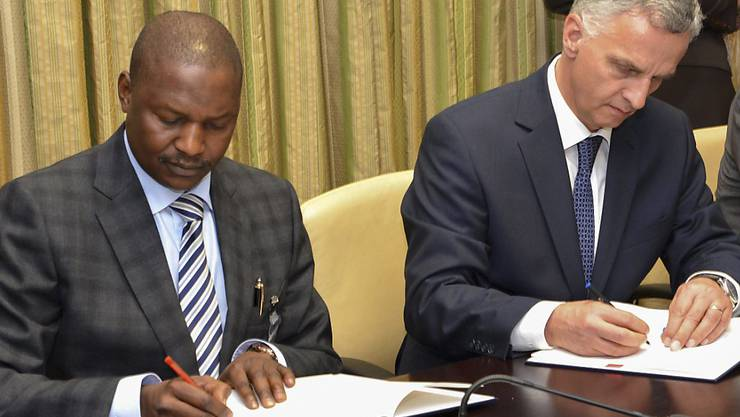 Bundesrat Burkhalter und der nigerianische Justizminister Abubakar Malami San unterzeichnen die Absichtserklärung in Nigerias Hauptstadt Abuja.