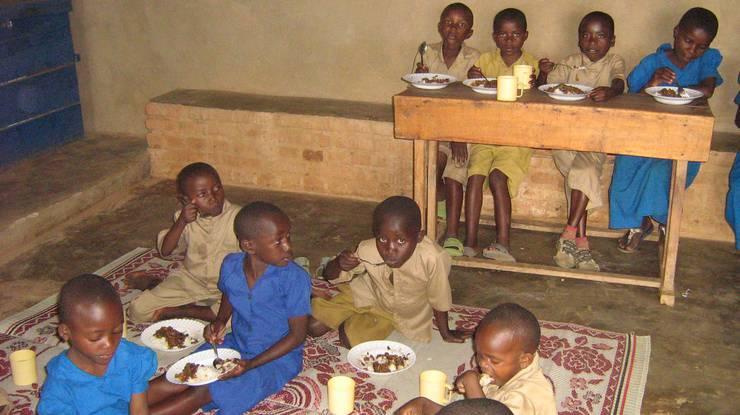 """Die Waisenkinder bekommen dank der Betreuung durch """"freiwillige Mütter"""" dreimal wöchentlich ein Essen – und eine regelmässige Begleitung und Betreuung."""