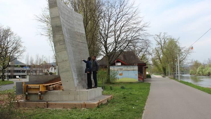 Der Betonklotz steht als Testobjekt für den Pont Neuf seit gestern am Aareufer.