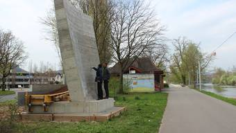 Betonklotz als Testobjekt für den Pont Neuf am Aareufer.