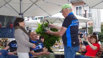 Harald Suberg, Vorsitzender der RSG Heilbronn, überreicht Vize-Stadtpräsidentin Barbar Streit-Kofmel die Jubiläumsskulptur.