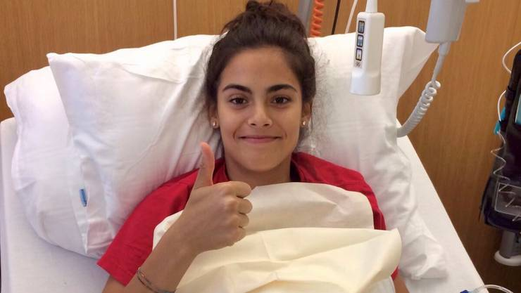 Shana nach der Knieoperation im Krankenhaus